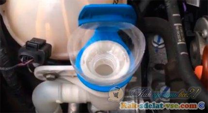 Как залить жидкость омывателя?